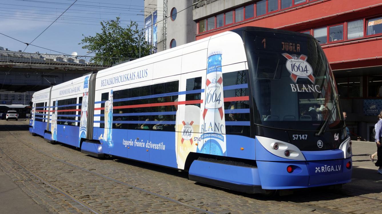 Riga : Tramway Škoda 15T ForCity Alfa N° 57147 de 2011 sur la ligne 1 devant le marché
