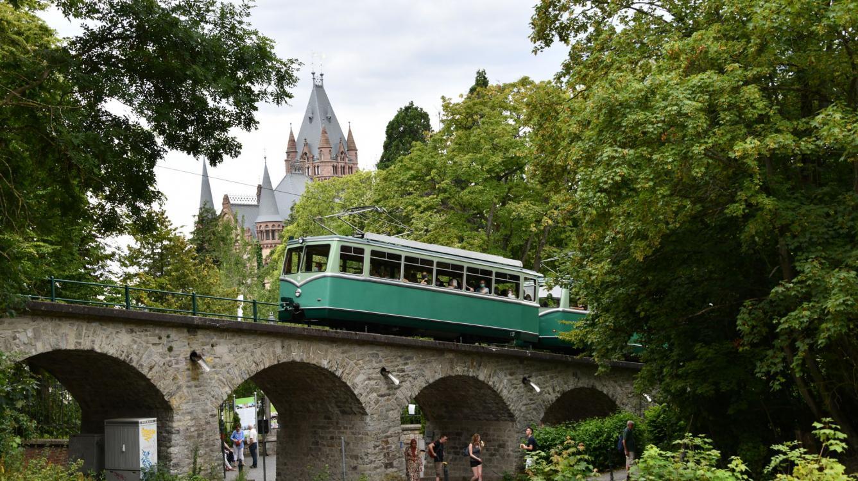 Les rames 5 et 4 aux pieds du château de Drachenburg qui fut de 1947 à 1960 l'école de la DR et de la DB !