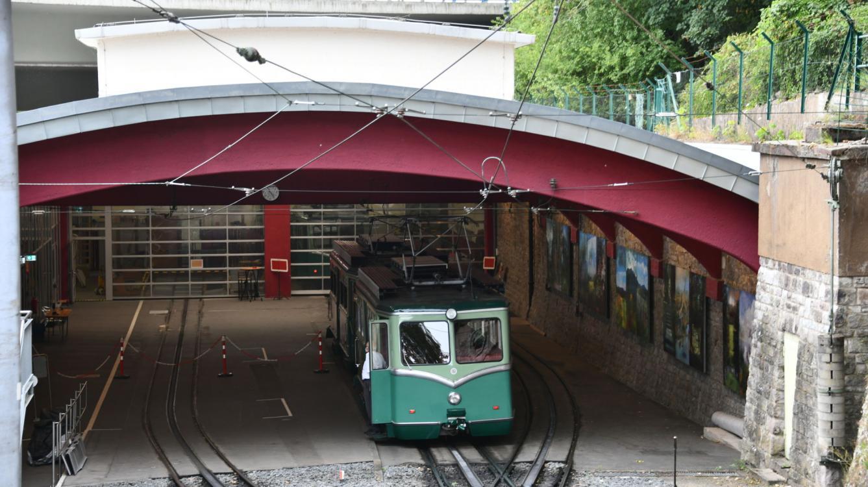 En gare de Konigswinter la montée des voyageurs se fait au sec dans l'atelier !