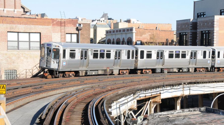 Element 5403 se dirigeant vers Linden (ligne violette)  arrive à la station Sheridan  (service assuré seulement aux heures de pointe)