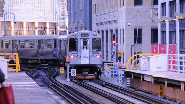"""la rame 3398 arrive à la station """"Randolph/Wabash""""  (sur la """"Loop"""") assurant un service vers Kimball, ligne Verte"""