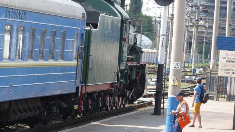 Kiev: la gare centrale départ du train vapeur historique